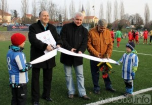 Starosta Čáslavi Jaromír Strnad slavnostně otevřel hřiště s umělou trávou